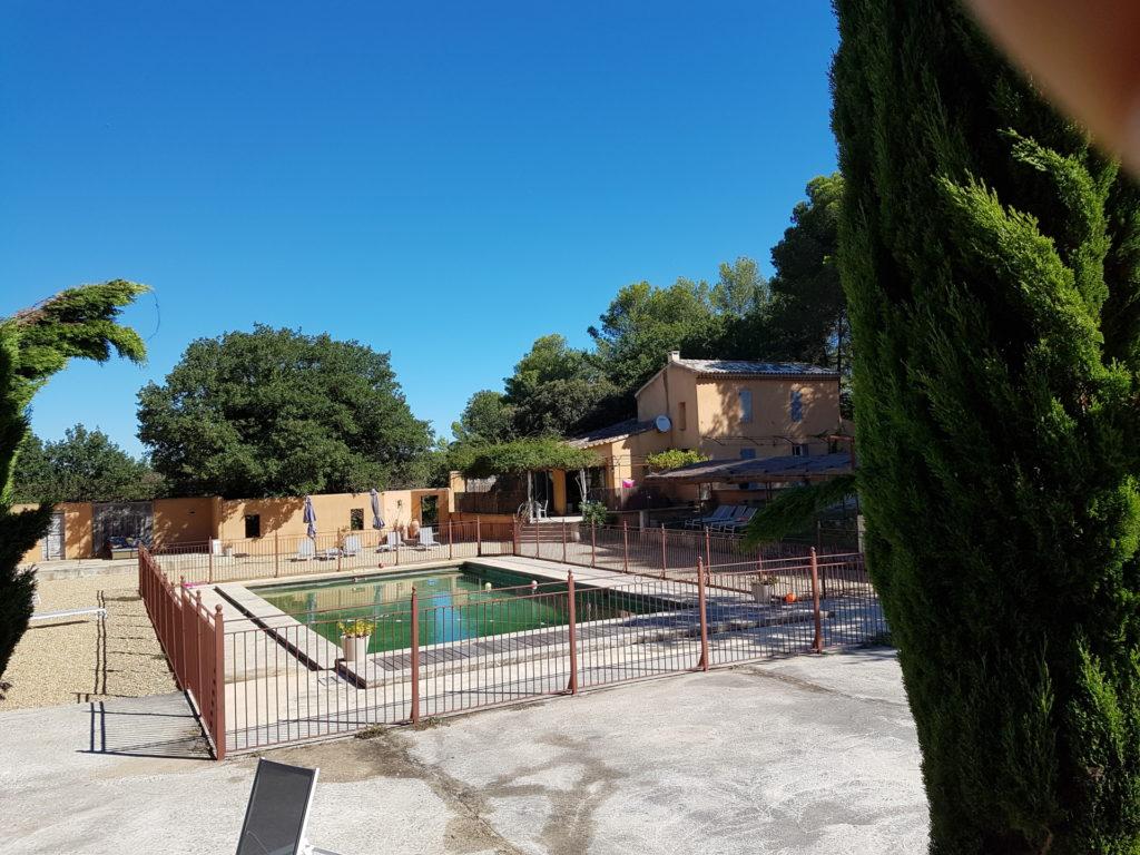 la piscine de 7 x 15 m commune aux 4 habitations